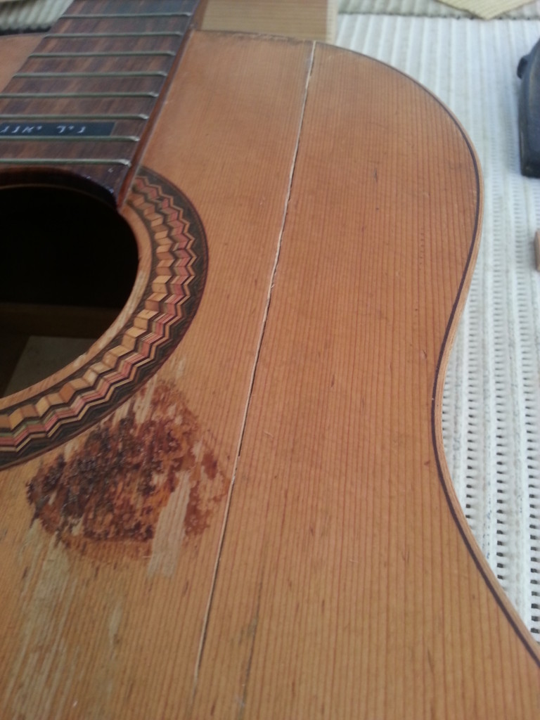 סדק אורך בגיטרה קלאסית רפאל