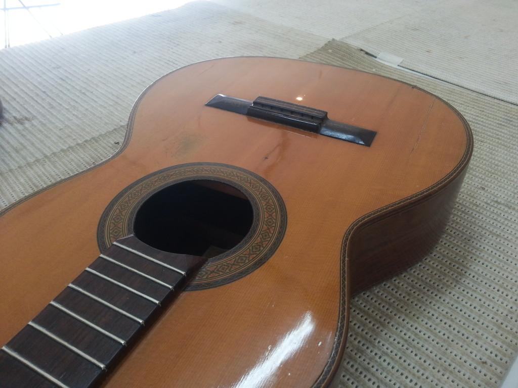 גיטרה לאחר פוליטורה - shellac