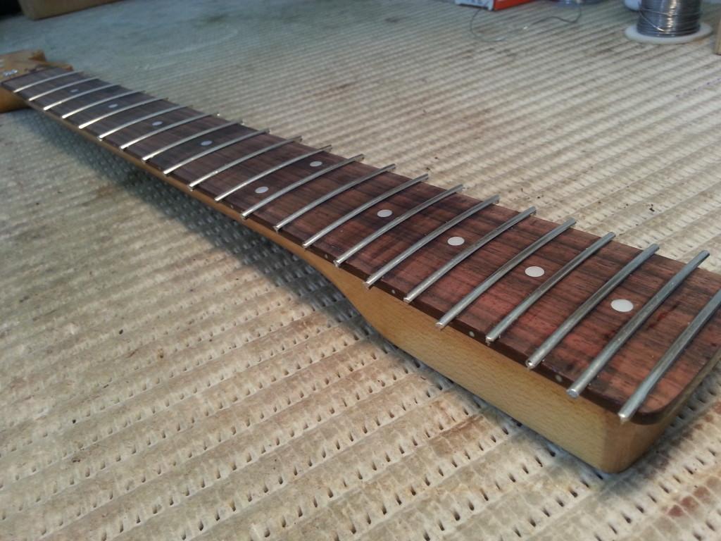 צוואר של גיטרה חשמלית בריפרט